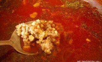 Шаг 7: Выключите плиту, положите в свекольник измельченный чеснок (можно перетереть его с маленьким кусочком измельченного соленого сала) и достаньте лавровый лист. Оставьте суп настояться 10 минут.