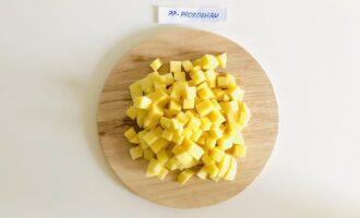 Шаг 5: Добавьте картофель и чечевицу, варите на среднем огне 10 минут.
