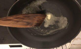 Шаг 3: Разогрейте сковороду и растопите кусочек сливочного масла.