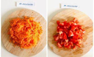 Шаг 6: Добавьте морковь, помидор и томатную пасту, варите еще 10 минут.