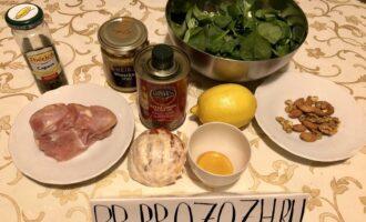 Шаг 1: Подготовьте: индейку, шпинат, половинку грейпфрута, орехи, горчицу, мёд, половинку лимона, соль и перец.