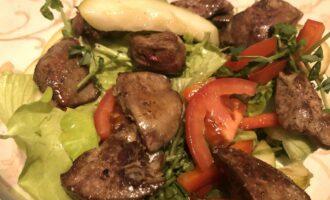 Салат с куриной печенкой и овощами