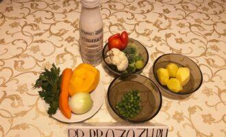 Шаг 1: Возьмите картофель, лук, морковь, перец сладкий, тыкву, горошек зелёный, цветную капусту, брокколи, сливки и зелень. Овощи предварительно очистите и помойте.