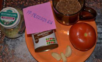 Шаг 1: Подготовьте все ингредиенты: гречу, помидор, шампиньоны, чеснок и ваши любимые специи.