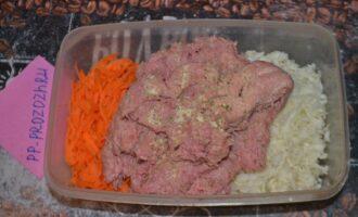 Шаг 3: Мясо курицы отделите от костей и порубите в чаше блендера. Либо можно пропустить через самую мелкую решетку мясорубки несколько раз. Смешайте куриный фарш с натертыми овощами, добавьте соль и специи по вкусу.