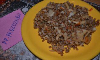 Шаг 6: Подавайте к столу горячей, как гарнир к салату. Можно использовать соус, к гречке очень хорошо подойдет тузлук с чесноком и мелко порубленными корнишонами. Приятного аппетита!