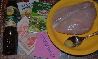 Шаг 1: Приготовьте все ингредиенты: куриную грудку, желатин, мед, соевый соус, специи по вкусу.