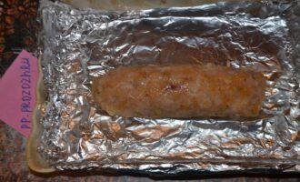 Шаг 4: Выстелите форму для запекания фольгой, сформируйте из куриного фарша колбасу. Смажьте ее соевым соусом и специями (медом по желанию). Запекайте в духовке на 180 градусах 40 минут.