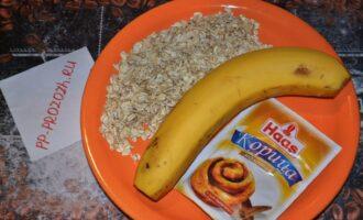 Шаг 1: Подготовьте ингредиенты: овсяные хлопья (для варки, самого крупного размера), банан, корицу.