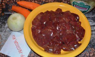 Шаг 1: Приготовьте ингредиенты: куриную печень, лук, морковь, соль и специи по вкусу.
