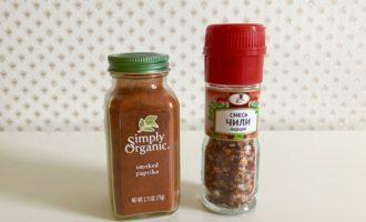 Шаг 7: За несколько минут до готовности добавьте соль и специи.