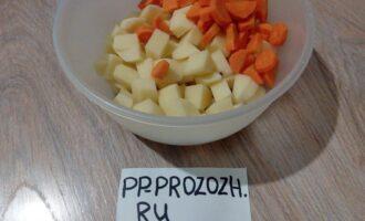 Шаг 5: Пока бульон варится, порежьте картофель и морковь. Когда бульон будет готов, достаньте из него мясо и лук, увеличьте нагрев, и, когда он закипит, спустите в кастрюлю морковь и картофель. После закипания, варите овощи на среднем огне.
