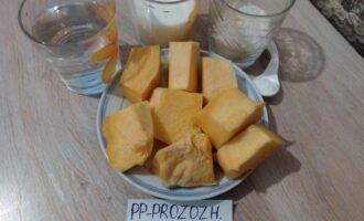 Шаг 1: Подготовьте продукты для каши. Рис промойте в нескольких водах, тыкву нарежьте мелким кубиком.