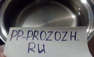 Шаг 2: Налейте в небольшую кастрюльку чистую воду и поставьте на плиту. Когда вода закипит, добавьте соль и всыпьте геркулес.
