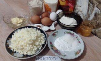 Шаг 1: Подготовьте продукты для торта. Измельчите хлопья в блендере.