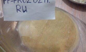 Шаг 2: Разогрейте масло и мёд на водяной бане, пока смесь не растворится.