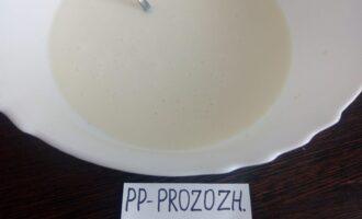 Шаг 2: Творог протрите через сито и влейте к нему молоко.