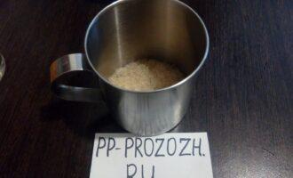 Шаг 2: Залейте желатин 3-4 столовыми ложками холодной чистой воды. Когда он разбухнет, растопите его на водяной бане (ни в коем случае желатин нельзя доводить до кипения).