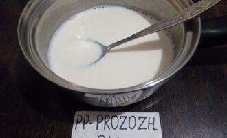 Шаг 5: Добавьте в молоко желатин и 1 ч.л. мёда. Хорошо перемешайте, чтобы всё растворилось.