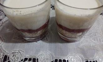 Шаг 8: Когда желе застынет, ваш десерт из овсянки готов, наслаждайтесь!
