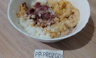 Шаг 2: Перекрутите на мясорубке (через мелкую решетку) лук и тыкву. Добавьте к мясному фаршу овощи и рис.