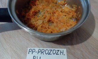 Шаг 5: Разогрейте сковороду на среднем огне с маслом, обжарьте лук пару минут, после этого добавьте морковь, и готовьте, помешивая, ещё 2-3 минуты. Можно накрыть сковороду крышкой.