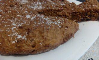 Шаг 8: Достаньте кекс из формы, выложите на решетку, чтобы остыл. Остывший десерт переложите на блюдо.
