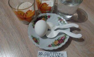 Шаг 1: Подготовьте ингредиенты для оладий: муку, измельченные овсяные хлопья, яйцо, воду, разрыхлитель, соль и сахарозаменитель.