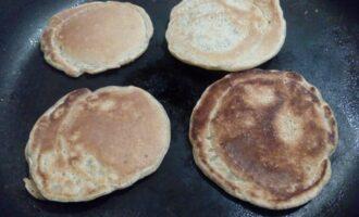 Шаг 4: Готовьте на среднем огне. Если у вас хорошая сковорода, жарьте без масла, если нет - можно добавить 1 столовую ложку оливкового рафинированного масла. На один оладий уходит 2 столовых ложки теста. Переверните оладушек, когда его поверхность покроется пузырьками.