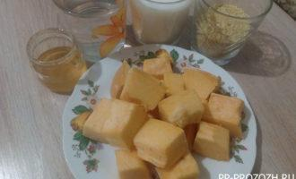 Шаг 1: Подготовьте продукты для каши: тыкву, молоко, воду, пшенную крупу и мёд.