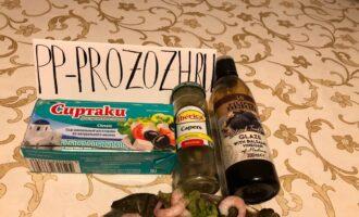 Шаг 4: Салат имеет довольно нежный вкус. Если хочется изюминки, то можно экспериментировать. Добавьте каперсы, бальзамический крем, сыр Фета, орехи или другие пикантные ингредиенты.