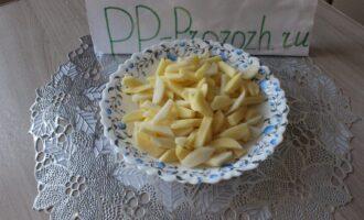 Шаг 2: Картофель нарежьте брусочками.