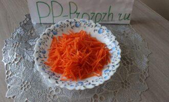 Шаг 3: Морковь нарежьте тонкой длинной соломкой.