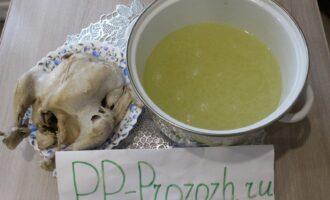 Шаг 5: Сварите куриный бульон: тушку цыплёнка залейте холодной водой и поставьте на плиту. Варите на среднем огне 1-1,5 часа.
