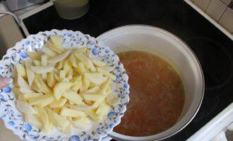 Шаг 9: Добавьте нарезанный картофель и варите 10 минут.