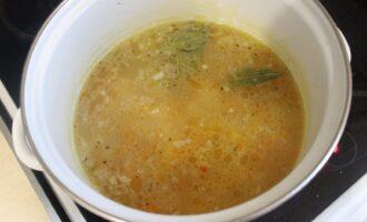 Шаг 12: Когда вермишель сварится - выключите плиту, добавьте в суп соль и лавровый лист. Закройте крышкой и дайте настояться минут 15-20.