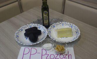 Шаг 1: Подготовьте ингредиенты для салата: свёклу отварную, сыр российский, чеснок свежий измельчённый, соль, оливковое масло.