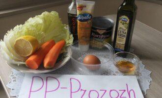 Шаг 1: Подготовьте ингредиенты: капусту китайскую, сырую морковь, кукурузу консервированную, вареное яйцо, горчицу медово-пряную, лимонный сок, соевый соус, оливковое масло и мёд.