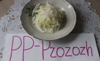 Шаг 2: Китайскую капусту нашинкуйте тонкой соломкой.