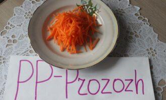 Шаг 3: Свежую морковь нашинкуйте соломкой.