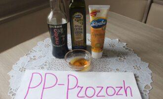 Шаг 5: Подготовьте ингредиенты для приготовления заправки для салата: соевый соус, лимонный сок, оливковое масло, горчицу и мёд.
