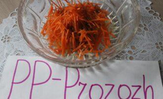 Шаг 12: Заправьте овощи соусом.