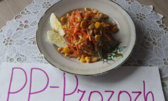 Шаг 13: Готовый салат выложите на тарелку, посыпьте кукурузой и украсьте ломтиками варёного яйца (можно обойтись и без него).