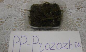 Шаг 2: Морская капуста (если вы купите в магазине или на рынке) уже готова к употреблению. Но вы также можете приготовить ее самостоятельно из сухих водорослей.