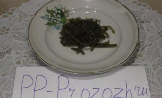 Шаг 5: На тарелку выложите морскую капусту.