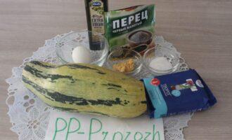 Шаг 1: Подготовьте ингредиенты: кабачок свежий, обезжиренный творог, яйцо, чеснок, оливковое масло, соль, перец чёрный молотый.