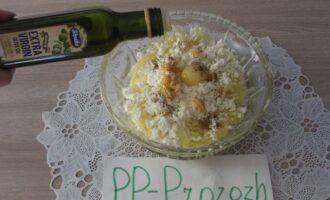 Шаг 7: Добавьте перец чёрный молотый и оливковое масло. Массу хорошо перемешайте.