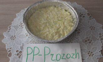 Шаг 9: Выложите массу в форму и поставьте выпекаться в разогретую до 200 градусов духовку на 35-40 минут. Запекайте до образования румяной корочки.