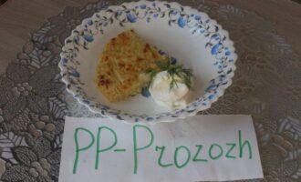 Шаг 11: Разрежьте запеканку на порционные куски, украсьте зеленью. Подавайте со сметаной.