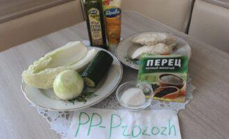Шаг 1: Подготовьте ингредиенты для салата: капусту китайскую, огурец свежий, репчатый лук, куриное филе отварное, оливковое масло, горчицу, соль, перец.
